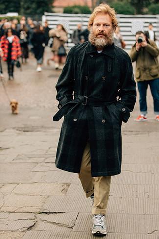 Combinar un abrigo largo a cuadros en gris oscuro: Considera emparejar un abrigo largo a cuadros en gris oscuro junto a un pantalón chino marrón claro para el after office. ¿Quieres elegir un zapato informal? Completa tu atuendo con deportivas grises para el día.