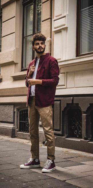 Combinar un pantalón chino marrón claro: Elige una camisa de manga larga burdeos y un pantalón chino marrón claro para un almuerzo en domingo con amigos. ¿Quieres elegir un zapato informal? Completa tu atuendo con zapatillas altas de lona morado oscuro para el día.