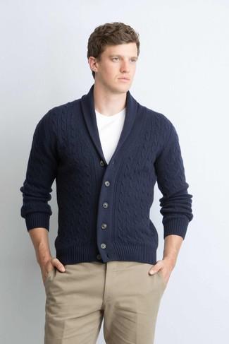 Cómo combinar: pantalón chino marrón claro, camiseta con cuello circular blanca, cárdigan con cuello chal azul marino