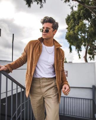 Cómo combinar: gafas de sol marrón claro, pantalón chino marrón claro, camiseta con cuello circular blanca, chaqueta estilo camisa marrón