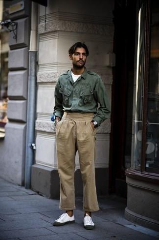 Combinar una chaqueta militar verde oscuro: Casa una chaqueta militar verde oscuro con un pantalón chino marrón claro para una apariencia fácil de vestir para todos los días. Tenis de lona blancos añaden un toque de personalidad al look.