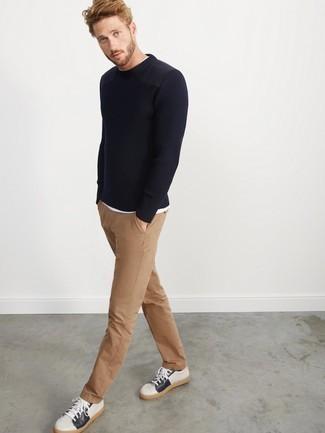 Combinar un pantalón chino marrón claro: Intenta combinar un jersey con cuello circular azul marino con un pantalón chino marrón claro para un look diario sin parecer demasiado arreglada. ¿Por qué no añadir tenis de cuero en blanco y azul marino a la combinación para dar una sensación más relajada?
