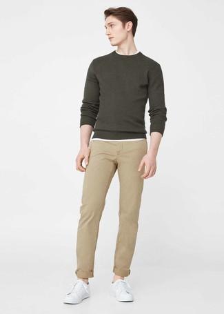 Cómo combinar: tenis de cuero blancos, pantalón chino marrón claro, camiseta con cuello circular blanca, jersey con cuello circular verde oliva