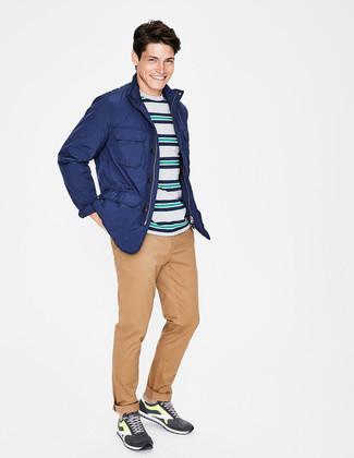 Cómo combinar: deportivas en gris oscuro, pantalón chino marrón claro, camiseta con cuello circular de rayas horizontales en multicolor, chaqueta campo azul