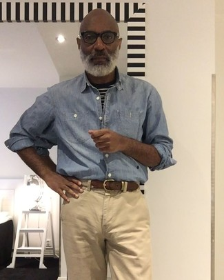 Cómo combinar: correa de lona tejida en beige, pantalón chino marrón claro, camiseta con cuello circular de rayas horizontales en negro y blanco, camisa de manga larga de cambray celeste