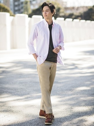 Cómo combinar: botas de trabajo de cuero marrónes, pantalón chino marrón claro, camiseta con cuello circular negra, camisa de manga larga rosada