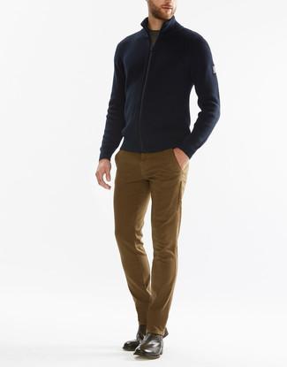 Combinar un jersey con cremallera azul marino: Considera emparejar un jersey con cremallera azul marino con un pantalón chino marrón claro para una vestimenta cómoda que queda muy bien junta. Dale un toque de elegancia a tu atuendo con un par de botines chelsea de cuero marrónes.