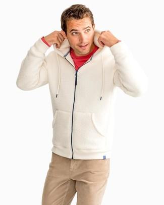 Cómo combinar: pantalón chino marrón claro, camiseta de manga larga roja, sudadera con capucha de forro polar en beige