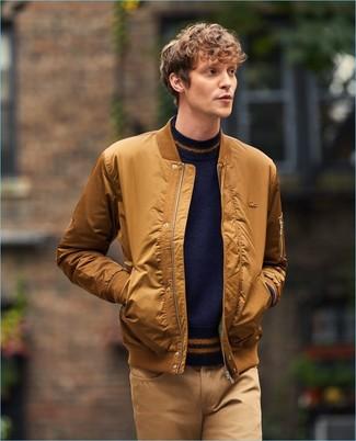 Cómo combinar: pantalón chino marrón claro, jersey con cuello circular azul marino, cazadora de aviador en tabaco