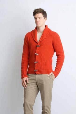 Cómo combinar: pantalón chino marrón claro, jersey con cuello circular en beige, cárdigan con cuello chal rojo