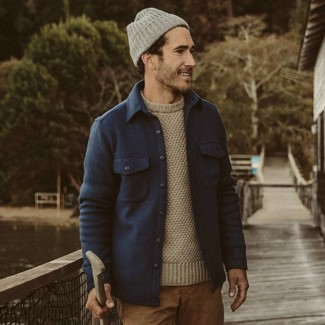 Cómo combinar: gorro gris, pantalón chino marrón claro, jersey con cuello circular en beige, chaqueta estilo camisa de lana azul marino