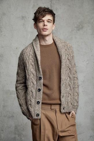 Cómo combinar: pantalón chino marrón claro, jersey con cuello circular marrón, cárdigan con cuello chal marrón