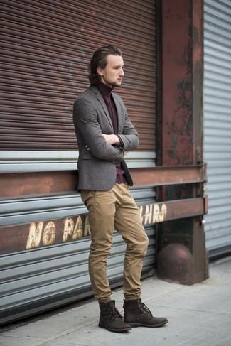 Cómo combinar: botas casual de cuero en marrón oscuro, pantalón chino marrón claro, jersey de cuello alto burdeos, blazer de lana gris