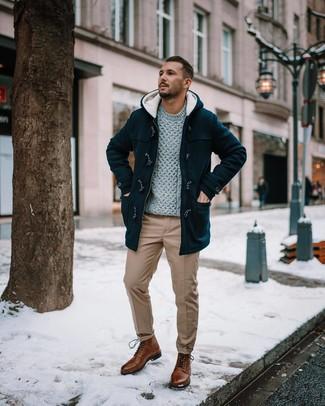 Cómo combinar: botas casual de cuero marrónes, pantalón chino marrón claro, jersey de ochos gris, trenca negra