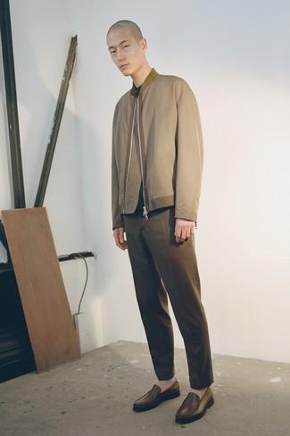 Cómo combinar: mocasín de cuero marrón, pantalón chino marrón, jersey con cuello circular verde oscuro, cazadora de aviador verde oliva