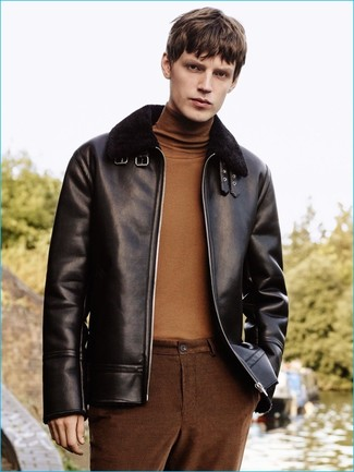 Cómo combinar: pantalón chino marrón, jersey de cuello alto marrón, chaqueta de piel de oveja negra