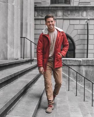 Cómo combinar: botas safari de ante marrónes, pantalón chino marrón, jersey de ochos en beige, parka roja