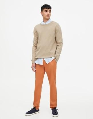 Cómo combinar: tenis azul marino, pantalón chino naranja, camisa de vestir de rayas verticales celeste, jersey con cuello circular en beige