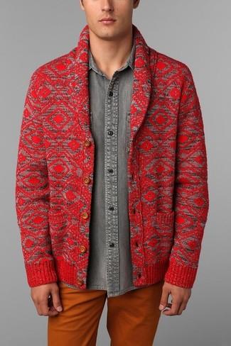 Cómo combinar: pantalón chino naranja, camisa vaquera gris, cárdigan con cuello chal rojo