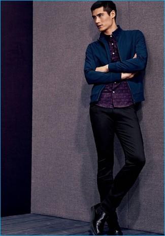 Cómo combinar: botines chelsea de cuero negros, pantalón chino negro, camisa de manga larga estampada azul marino, cazadora de aviador azul marino