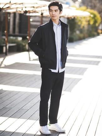 Cómo combinar: tenis de cuero blancos, pantalón chino negro, camisa de manga larga de rayas verticales celeste, cazadora de aviador negra