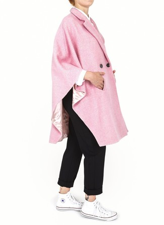 Cómo combinar: zapatillas altas de lona blancas, pantalón chino negro, camisa de vestir blanca, capa rosada