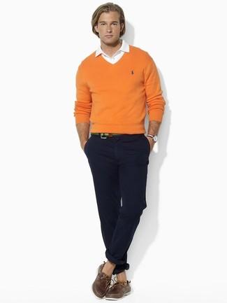 Cómo combinar: náuticos de cuero marrónes, pantalón chino negro, camisa de vestir blanca, jersey de pico naranja