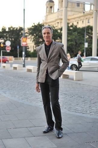 Combinar una camisa polo negra: Para un atuendo que esté lleno de caracter y personalidad equípate una camisa polo negra con un pantalón chino negro. Con el calzado, sé más clásico y haz zapatos con doble hebilla de cuero negros tu calzado.