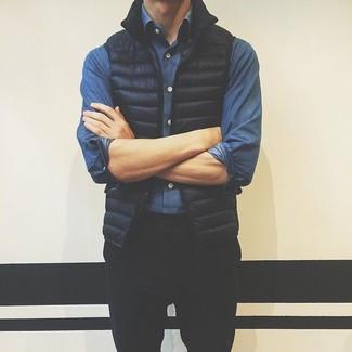 Cómo combinar: pantalón chino negro, camisa vaquera azul, chaleco de abrigo negro