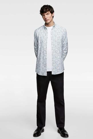 Cómo combinar: zapatos derby de cuero negros, pantalón chino negro, camiseta con cuello circular blanca, camisa de manga larga con print de flores celeste