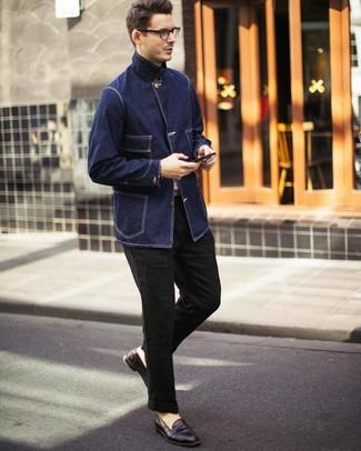 Cómo combinar: mocasín de cuero en marrón oscuro, pantalón chino de lino negro, camiseta con cuello circular blanca, chaqueta campo vaquera azul marino