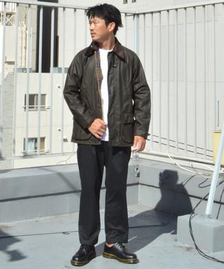 Combinar un pantalón chino negro: Haz de una chaqueta con cuello y botones en marrón oscuro y un pantalón chino negro tu atuendo para un look diario sin parecer demasiado arreglada. Agrega zapatos derby de cuero negros a tu apariencia para un mejor estilo al instante.