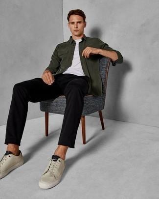Combinar unos tenis en beige: Intenta combinar una chaqueta estilo camisa verde oscuro con un pantalón chino negro para el after office. ¿Quieres elegir un zapato informal? Opta por un par de tenis en beige para el día.