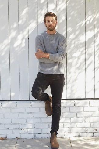 Outfits hombres en primavera 2021: Considera ponerse un jersey con cuello circular gris y un pantalón chino negro para una vestimenta cómoda que queda muy bien junta. Dale un toque de elegancia a tu atuendo con un par de botines chelsea de ante marrónes. Si tu en busca de un look primaveral, este es para ti.