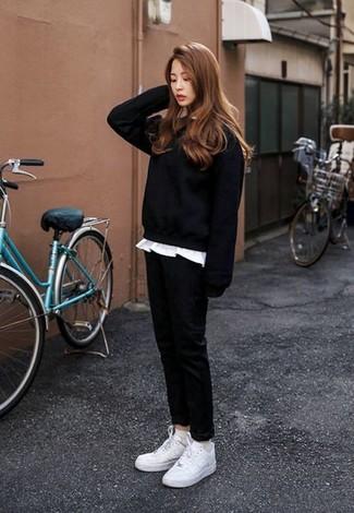 Cómo combinar: tenis blancos, pantalón chino negro, camiseta con cuello circular blanca, sudadera negra
