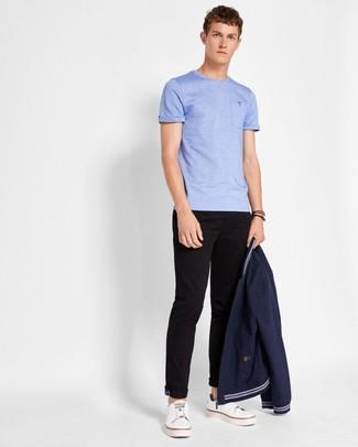 Cómo combinar: tenis de cuero blancos, pantalón chino negro, camiseta con cuello circular celeste, cazadora de aviador azul marino
