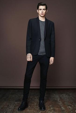 Combinar un blazer negro: Considera emparejar un blazer negro junto a un pantalón chino negro para después del trabajo. Opta por un par de zapatos con hebilla de cuero negros para mostrar tu inteligencia sartorial.