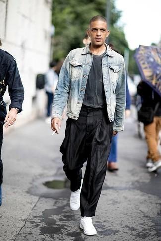 Outfits hombres: Empareja una chaqueta vaquera celeste con un pantalón chino negro para lidiar sin esfuerzo con lo que sea que te traiga el día. ¿Quieres elegir un zapato informal? Opta por un par de tenis de lona blancos para el día.