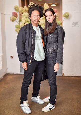 Cómo combinar: zapatillas altas de cuero grises, pantalón chino negro, camiseta con cuello circular estampada gris, cazadora de aviador negra