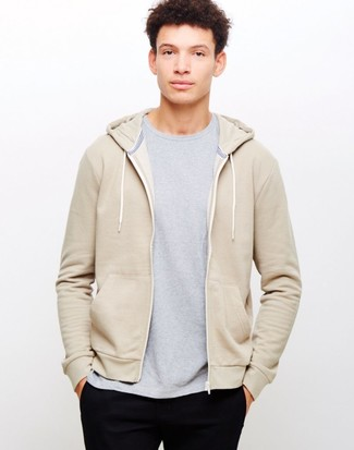 Cómo combinar: pantalón chino negro, camiseta con cuello circular gris, sudadera con capucha en beige