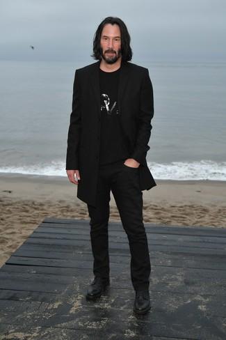 Cómo combinar: zapatos derby de cuero negros, pantalón chino negro, camiseta con cuello circular con adornos negra, abrigo largo negro