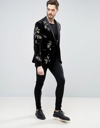 Outfits hombres: Elige un blazer de terciopelo bordado negro y un pantalón chino negro para lograr un look de vestir pero no muy formal. Con el calzado, sé más clásico y elige un par de zapatos derby de cuero negros.