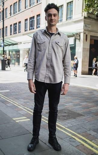 Combinar una camisa de manga larga en beige: Utiliza una camisa de manga larga en beige y un pantalón chino negro para una apariencia fácil de vestir para todos los días. Zapatillas altas de cuero negras contrastarán muy bien con el resto del conjunto.