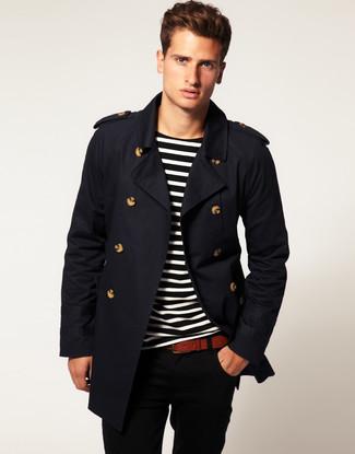 Cómo combinar: correa de cuero marrón, pantalón chino negro, camiseta con cuello circular de rayas horizontales negra, gabardina negra