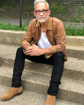 Cómo combinar: botines chelsea de ante marrón claro, pantalón chino negro, camiseta con cuello en v blanca, chaqueta con cuello y botones marrón claro