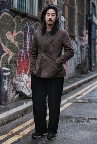 Combinar una camiseta de manga larga en gris oscuro: Opta por una camiseta de manga larga en gris oscuro y un pantalón chino negro para un almuerzo en domingo con amigos. ¿Quieres elegir un zapato informal? Completa tu atuendo con deportivas negras para el día.