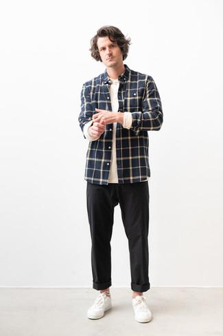 Cómo combinar: tenis de cuero blancos, pantalón chino negro, camiseta henley de manga larga blanca, camisa de manga larga de franela a cuadros azul marino