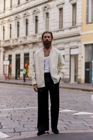 Combinar una camiseta sin mangas blanca: Considera emparejar una camiseta sin mangas blanca con un pantalón chino negro transmitirán una vibra libre y relajada. Opta por un par de botines chelsea de ante negros para mostrar tu inteligencia sartorial.