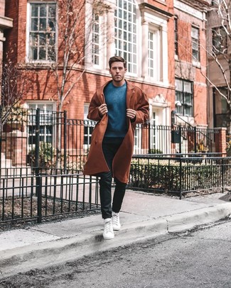 Cómo combinar: zapatillas altas blancas, pantalón chino negro, jersey con cuello circular azul, gabardina en tabaco