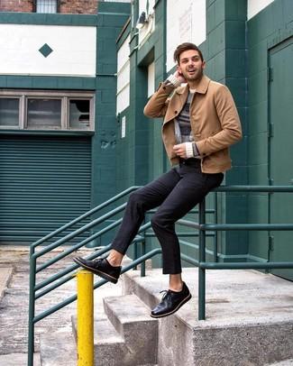 Look de moda: Zapatos derby de cuero negros, Pantalón chino negro, Jersey con cuello circular de rayas horizontales en beige, Chaqueta estilo camisa de ante marrón claro